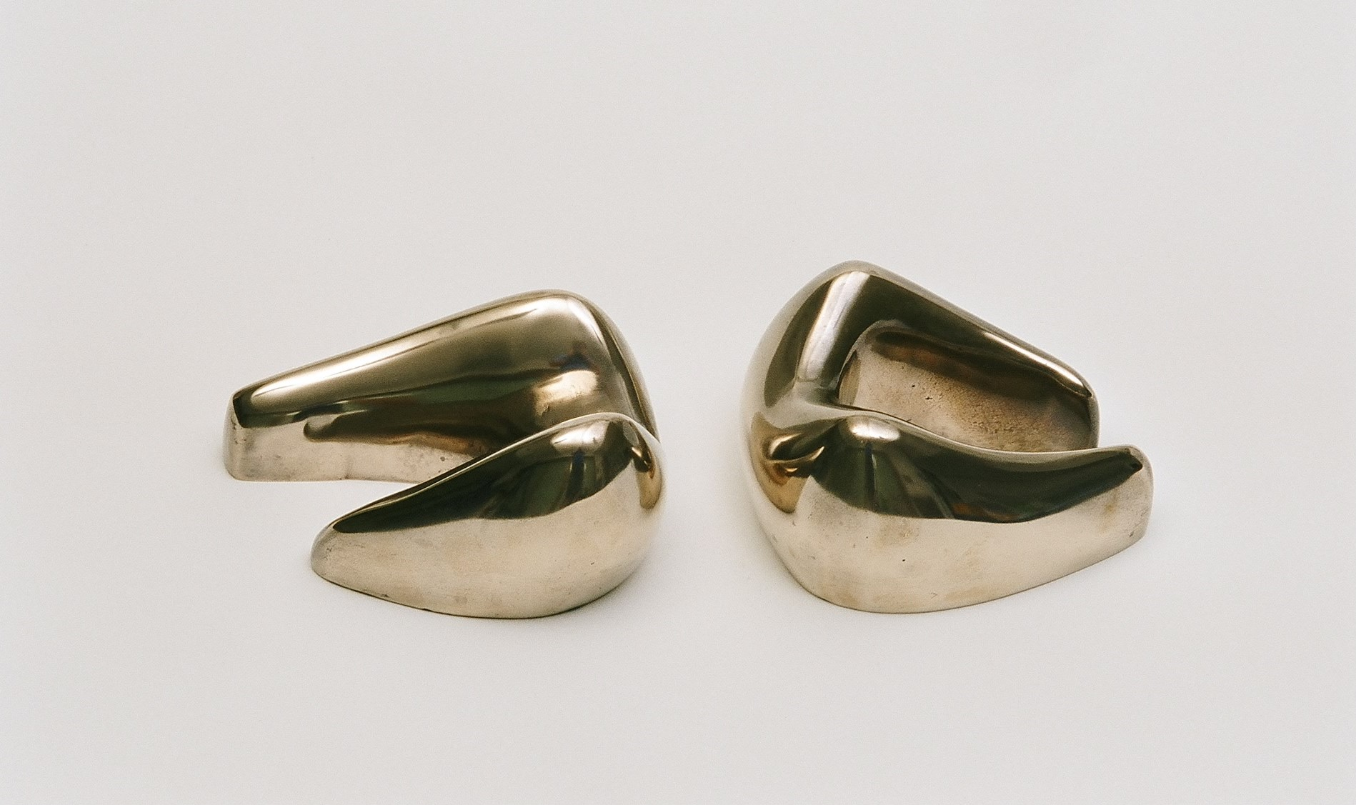 Two-piece reclining figure 31x17x10 cm. [polished bronze]