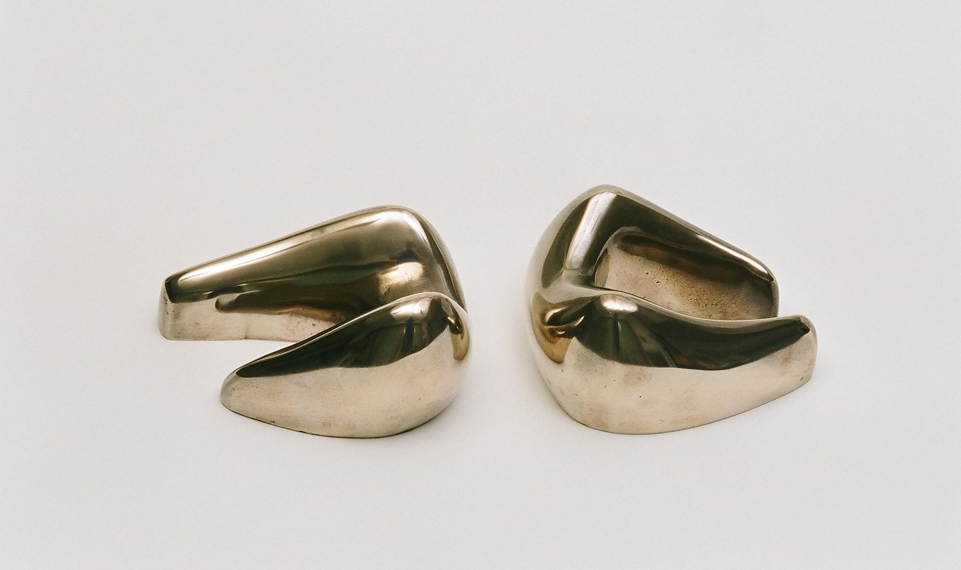 Two-piece reclining figure 31x17x10 cm. [polished bronze]